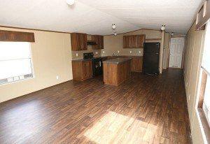 Fleetwood Berkshire 16723B casa móvil sala de estar con cocina y comedor